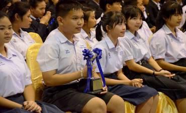 รูปภาพผู้ว่าฯเลย มอบถ้วยรางวัล แก่ผู้ชนะเลิศตอบปัญหาการบัญชี