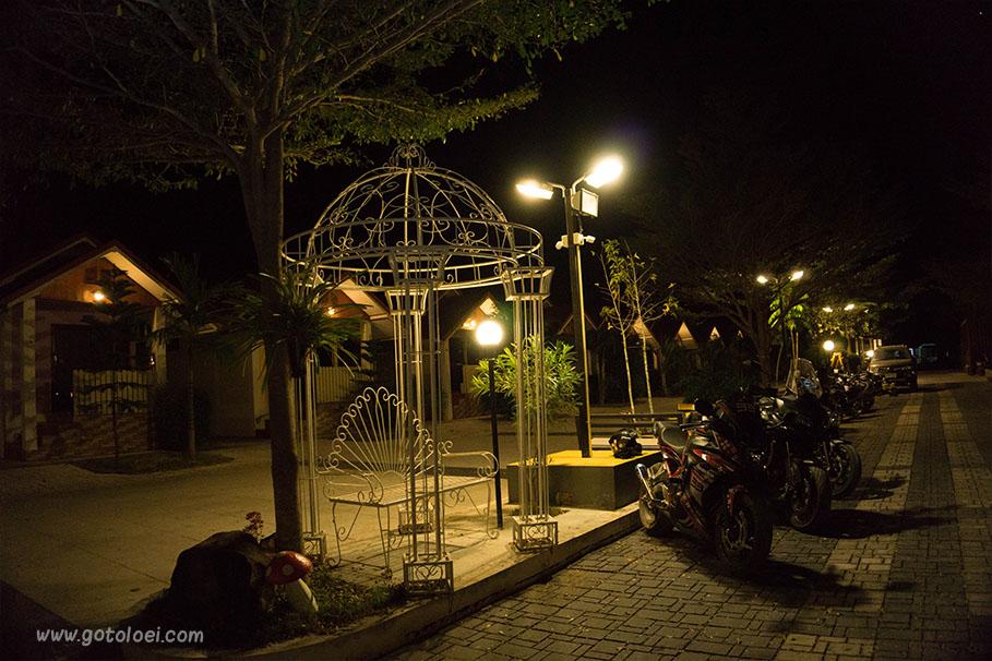 พื้นที่นั่งเล่นบ้านทิพย์สุวรรณรีสอร์ท(กลางคืน)