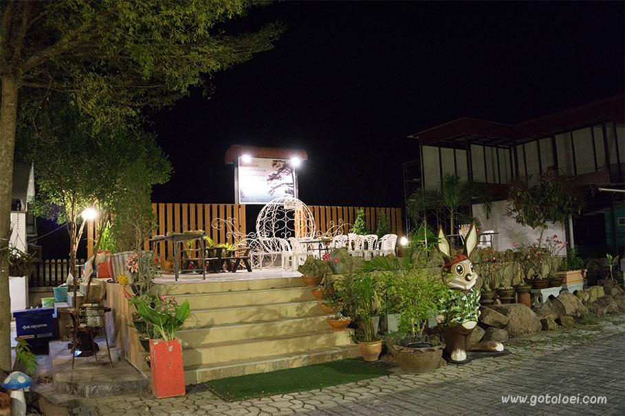 ลานอาหาร/กิจกรรม บ้านทิพย์สุวรรณรีสอร์ท(กลางคืน)