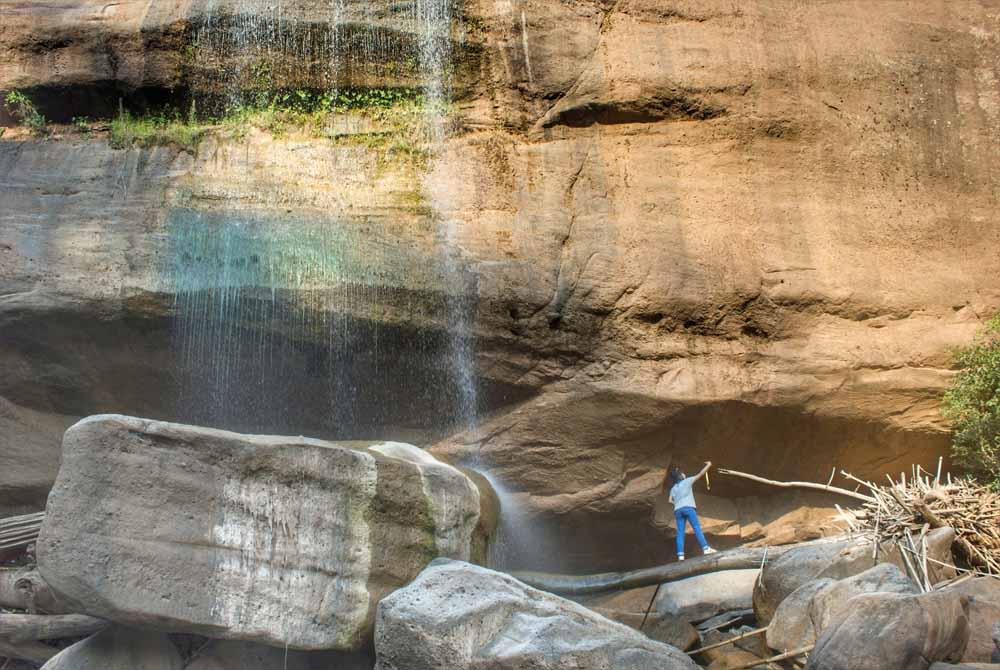 แสงแดดกระทบสายน้ำและแก่งหิน