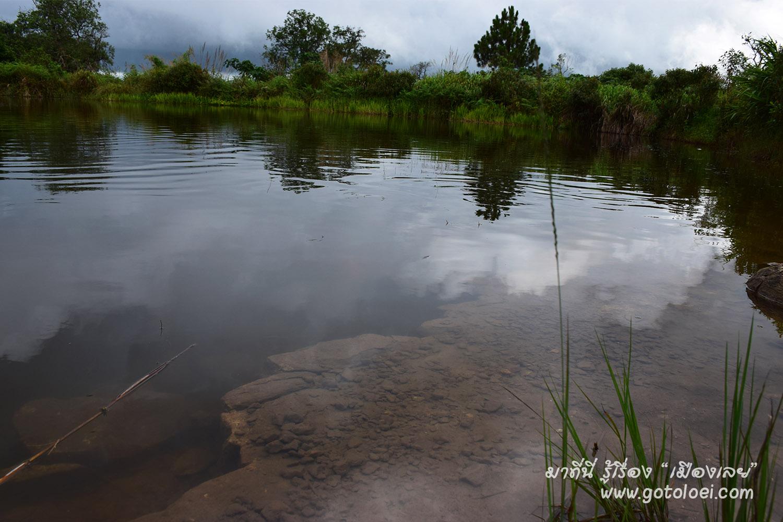 สระสวรรค์ น้ำใสจนมองเห็นตัวปลา.jpg