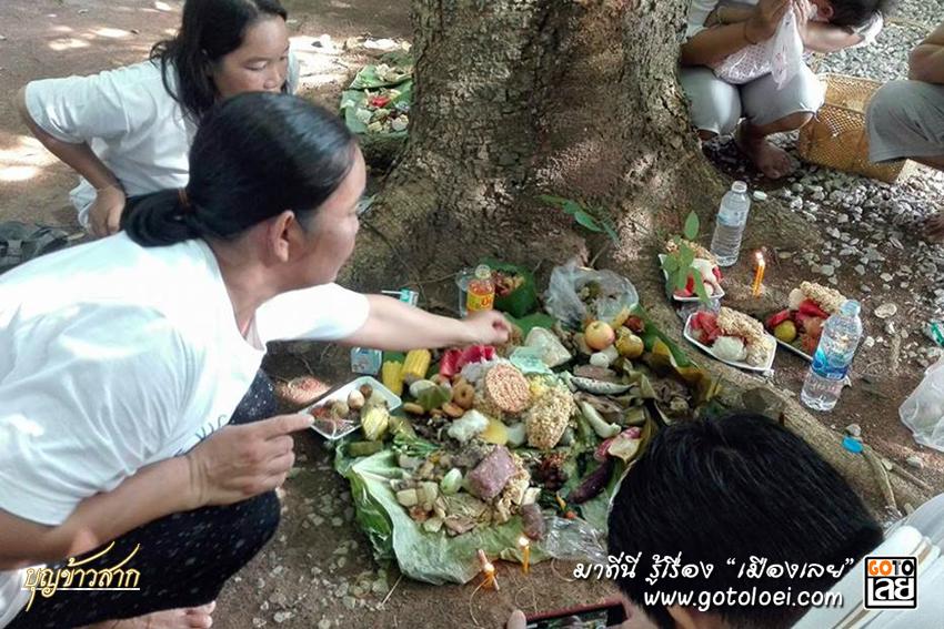 ลูกหลานจัดแต่งอาหารคาวหวานที่บรรพบุรุษเคยชื่นชอบ