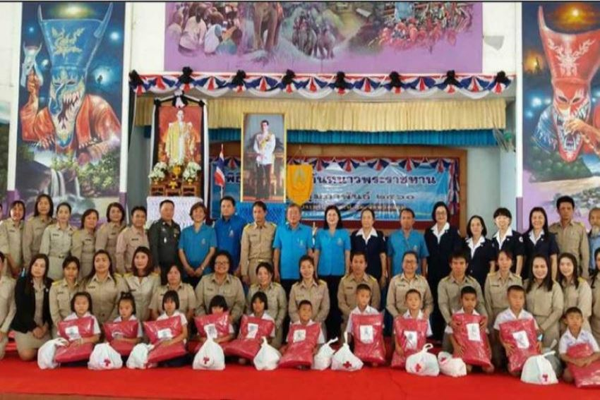 คณะกรรมการเหล่ากาชาดร่วมมอบผ้าห่มกันหนาวพระราชทานแก่นักเรียนโรงเรียนราชประชานุเคราะห์52