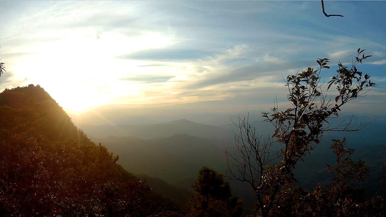 พระอาทิตย์ตกผ่านยอดภูผาแง่ม