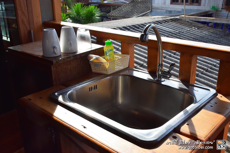 อ่างล้างจานหน้าห้องพัก บ้านพักกายพักใจ.jpg
