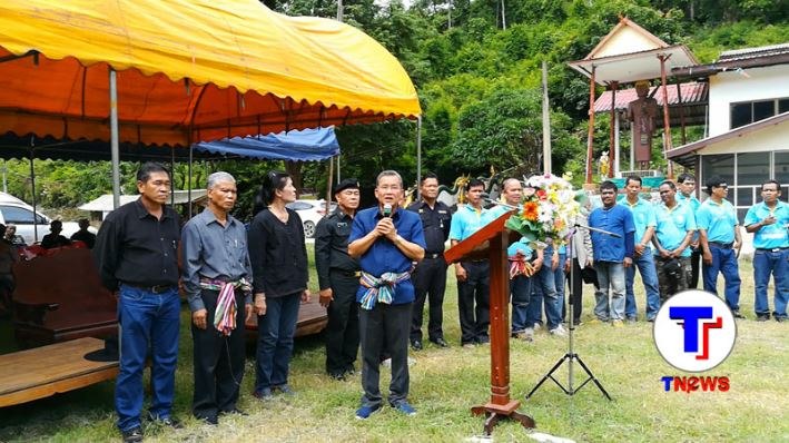ประธานพิธีเปิดโครงการปลูกป่าเพื่ออาหาลิง วัดผาหมากฮ่อ จ.เลย