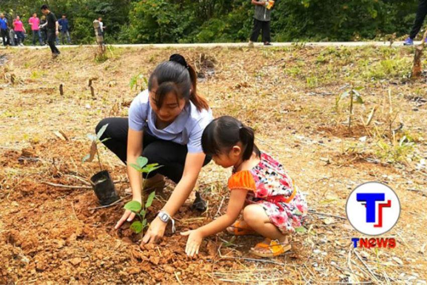 ชาวบ้านร่วมกันปลูกป่าอาหารลิงวัดถ้ำผาหมากฮ่ออำเภอวังสะพุงจังหวัดเลย