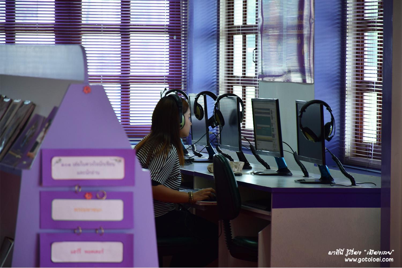 เครื่องคอมพิวเตอร์สำหรับสืบค้นข้อมูล ห้องสมุดประชาชนเฉลิมราชกุมารีจังหวัดเลย