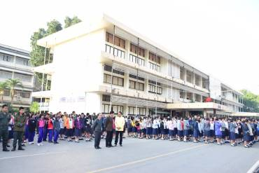 รูปภาพรูปภาพรูปภาพรองฝ่ายบริหารงานทั่วไป พบปะชี้แจงนักเรียนหน้าเสาธง
