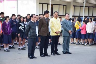 รูปภาพรูปภาพรูปภาพรูปภาพรองฝ่ายบริหารงานทั่วไป พบปะชี้แจงนักเรียนหน้าเสาธง